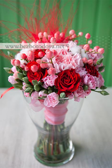 Розовый букет из гвоздик, с ягодами гиперикума, хлопком и красными розами