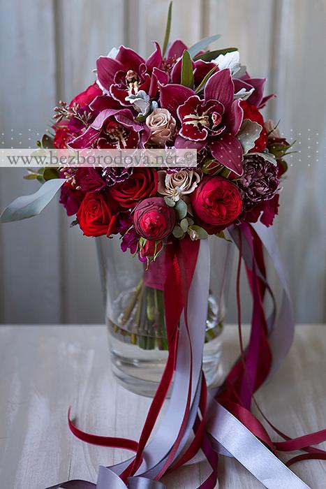 Свадебный букет цвета марсала из пионовидных роз и орхидей с серой зеленью