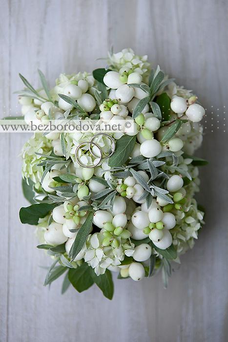 Флористическая подушечка для колец из белых ягод , мятной зелени и гортензии