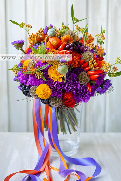 Осенний букет из фиолетовой гвоздики с оранжевой асклепией, перцами и ягодами рябины