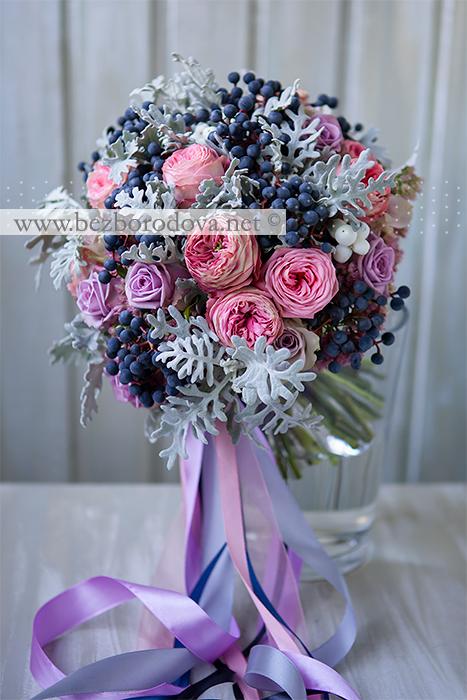 Свадебный букет из розовых пионовидных роз с серой зеленью и синими ягодами дикого винограда