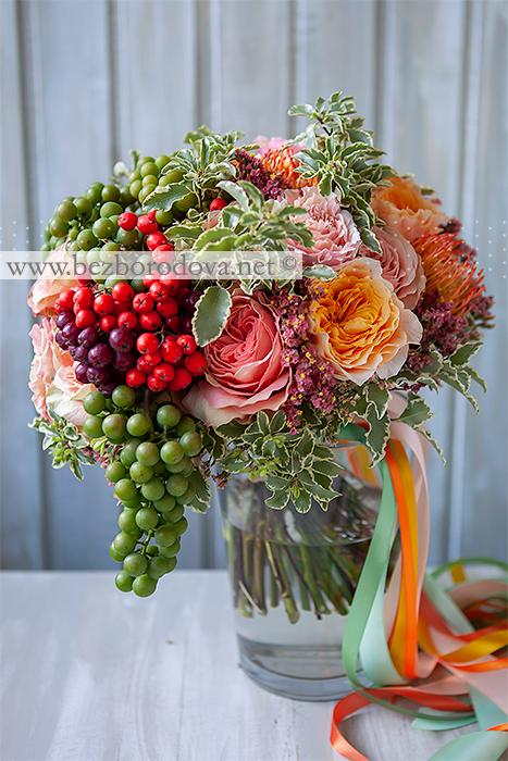 Персиковый букет из пионовидных роз с оранжевым леукоспермумом, рябиной и зеленым виноградом