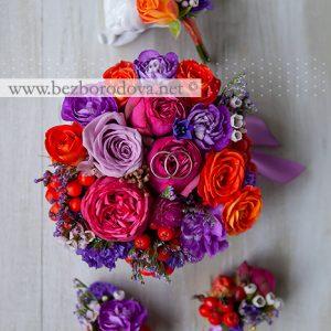 Флористическая подушечка для колец и бутоньерки из малиновых пионовидных роз с сиреневыми гвоздиками и оранжевыми ягодами рябины