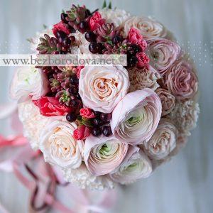 Персиковый свадебный букет из ранункулюсов и пионовидных роз с ягодами цвета марсала, суккулентами и коралловой годецией