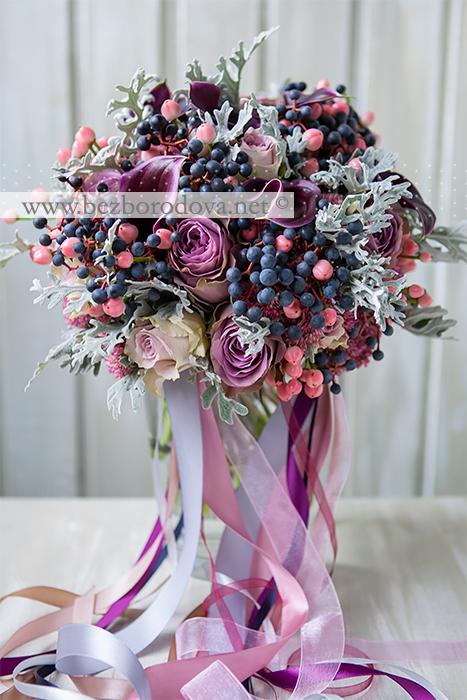Свадебный букет цвета марсала из калл, сиреневых роз с серой зеленью и ягодами дикого винограда