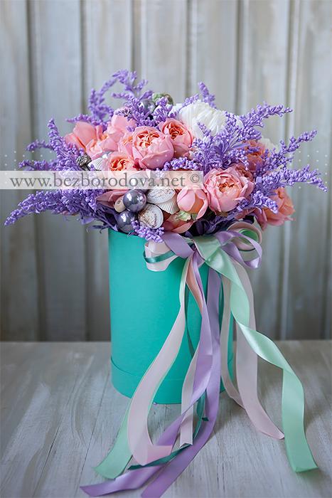 Подарочная шляпная коробка с букетом из персиковых пионовидных роз, белых хризантем и сиреневого солидаго