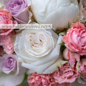 Свадебный букет из белых пионов и пионовидных роз с персиковыми кустовыми розами и красной