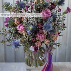 Букет свободной формы из сиреневых пионовидных роз с синими эрингиумами и серой зеленью