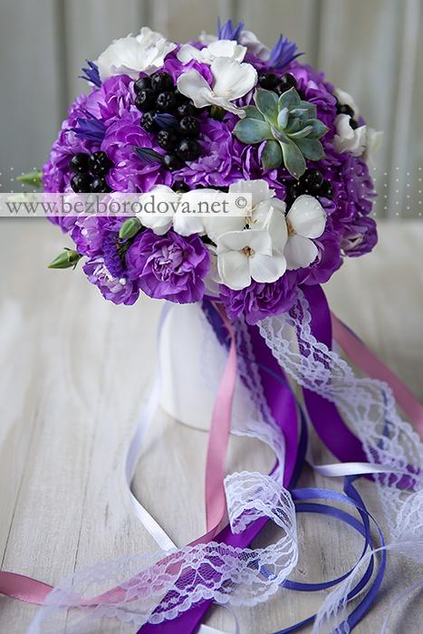 Букет невесты из фиолетовой и белой гвоздики с суккулентом и черными ягодами