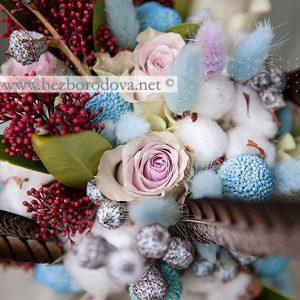 Зимний свадебный букет с хлопком, перьями , голубым лагурусом, сиреневыми розами и красной скиммией
