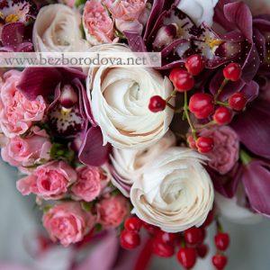 Свадебный букет из орхидей цвета марсала с кремовыми ранункулюсвми, красными ягодами и розовыми розами