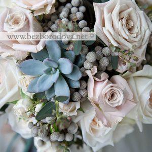 Свадебный букет из кремовых и пудровых роз с мятной зеленью, серой брунией и суккулентами