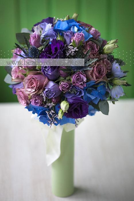 Фиолетовый свадебный букет розы