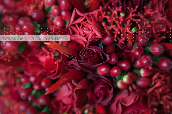 Красный свадебный букет с перцем и
