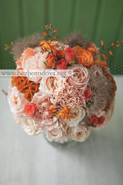 Персиковый свадебный букет из пионовидных роз с гладиолусами и крокосмией