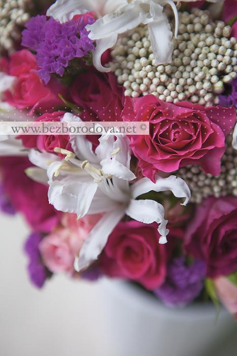 Малиновый свадебный букет из кустовых