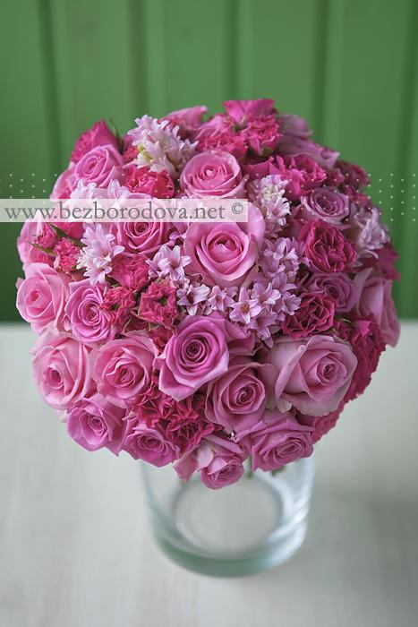Розовый свадебный букет из роз и гиацинтов