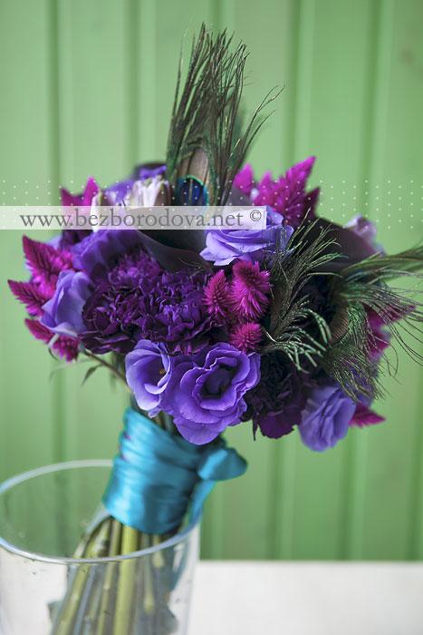 Фиолетовый свадебный букет с каллами павлиньими перьями