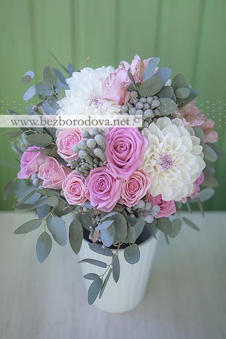 Свадебный букет из розовых роз, с белыми георгинами и серой брунией