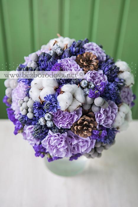 Зимний букет невесты из сиреневых гвоздик и синих гиацинтов с шишками и хлопком