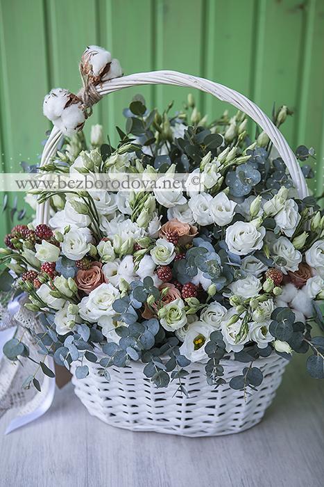 Подарочная корзина с белой эустомой, ягодами ежевики, коричневыми розами и хлопком