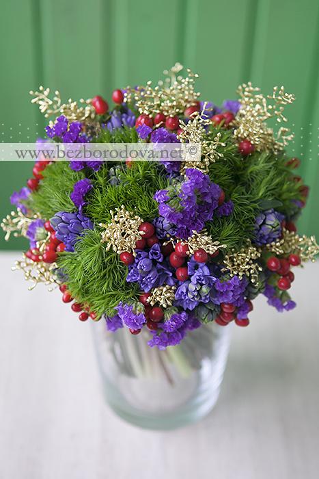 Зимний букет невесты из синих гиацинтов, с зеленой турецкой гвоздикой, золотым эвкалиптом и красными ягодами