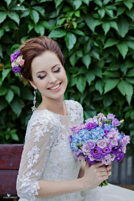 Фиолетовый букет из эустомы, с лавандой, сиреневыми розами и голубой гортензией