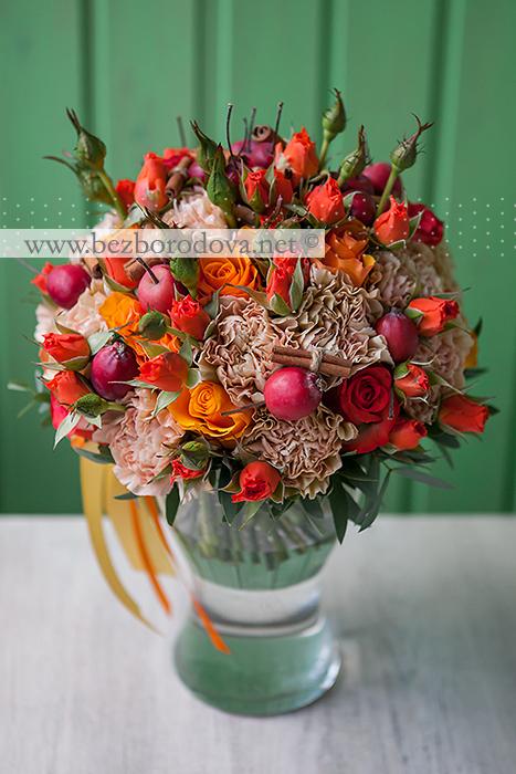 Осенний букет невесты с яблоками и корицей, оранжевыми розами и бежевой гвоздикой