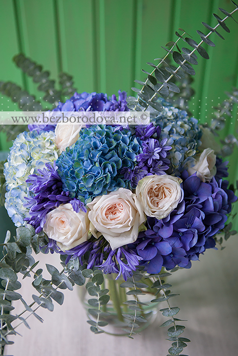 Подарочный букет из голубой гортензии, синего агапантуса, кремовых пионовидных роз и мятного эвкалипта