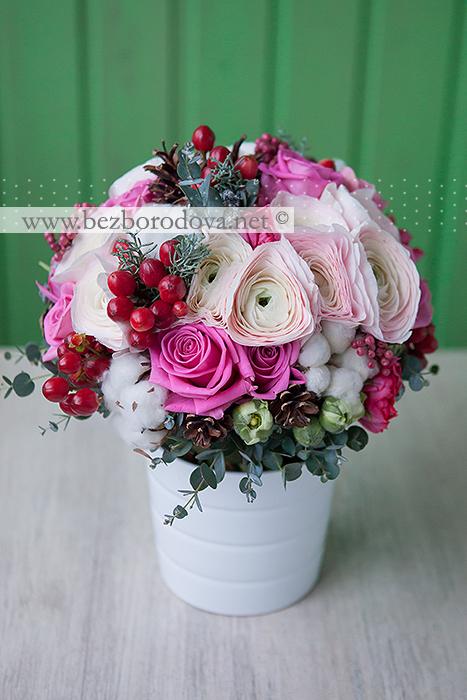 Зимний букет невесты из кремовых ранункулюсов с шишками, красными ягодами, розовыми розами, тюльпанами и эвкалиптом