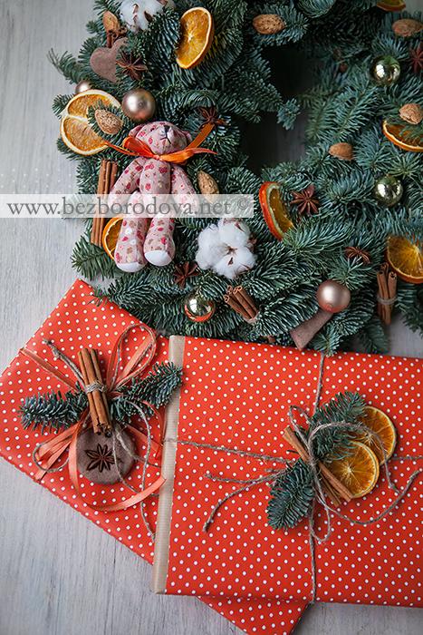 Новогодний венок из голубой ели с апельсиновыми дольками, корицей, бадьяном, миндальными орехами, пряниками и золотыми шарами