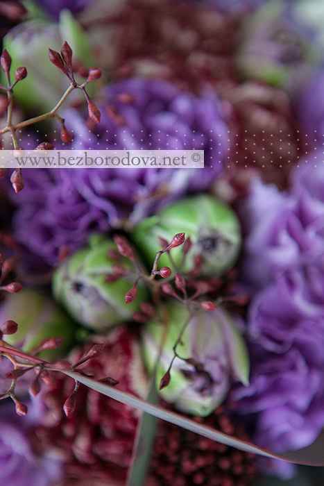 Сиреневый букет из гвоздик и тюльпанов, с коричневым эвкалиптом