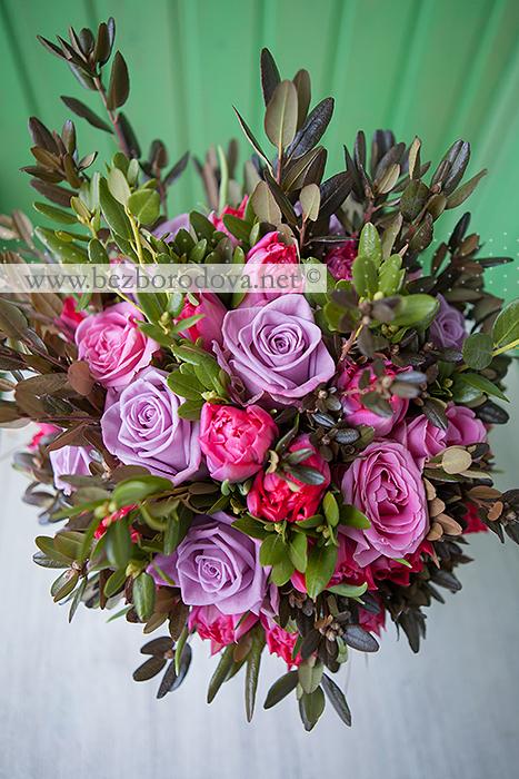 Яркий свадебный весенний букет из  малиновых тюльпанов с сиреневыми розами