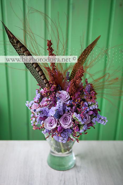 Необычный сиреневый букет из роз и статицы, с лавандой, винными тюльпанами и перьями фазана