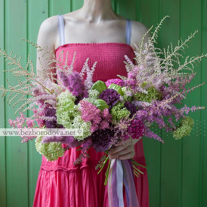 Летний свадебный розово-зеленый букет растрепыш свободной формы с астильбой, гортензией, физалисом и фиолетовой гвоздикой