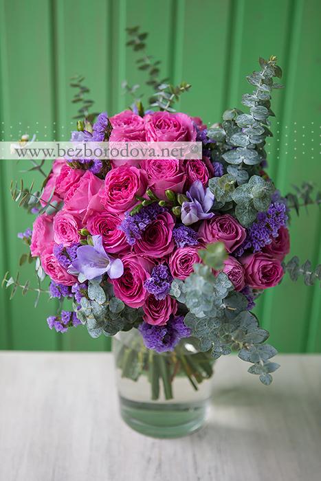 Малиновый свадебный букет из пионовидных роз с сиреневой фрезией и мятной зеленью эвкалипта