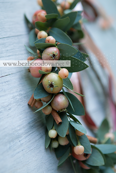 Венок из ягод, яблок, корицы и эвкалипта