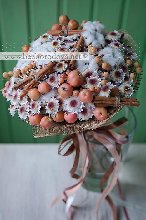 Уютный свадебный букет из хлопка и хризантемы с корицей, яблоками и ягодами гиперикума