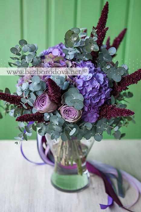 Мятный свадебный букет свободной формы с сиреневыми розами, лиловой гортензией, амарантом винного цвета и эвкалиптом