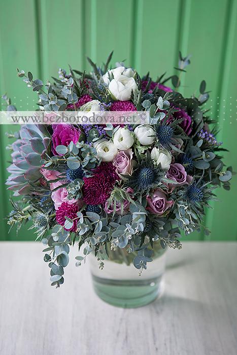 Мятный свадебный букет с суккулентом, белыми ранункулюсами, сиреневыми розами, брассикой и синими эрингиумами и винными хризантемами