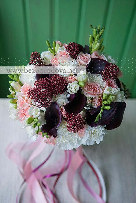 Букет невесты с каллами цвета марсала, персиковой кустовой розой, белой фрезией и гвоздикой