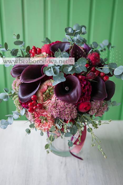Свадебный букет из калл цвета марсала, с пионовидными розами, красными ягодами и мятным эвкалиптом