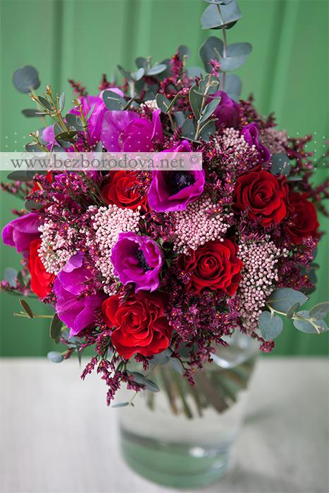 Зимний букет невесты с малиновыми анемонами, красными розами, розовым озотамнусом и зеленью эвкалипта