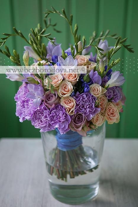Сиреневый букет невесты из роз с гвоздиками, персиковыми кустовыми розами, фрезией и синей гентианой