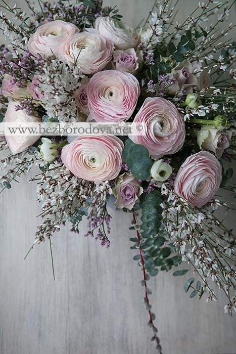 Композиция в деревянном ящичке с розовыми ранункулюсами и сиреневыми розами, вербой, мятным эвкалиптом и белой генистой