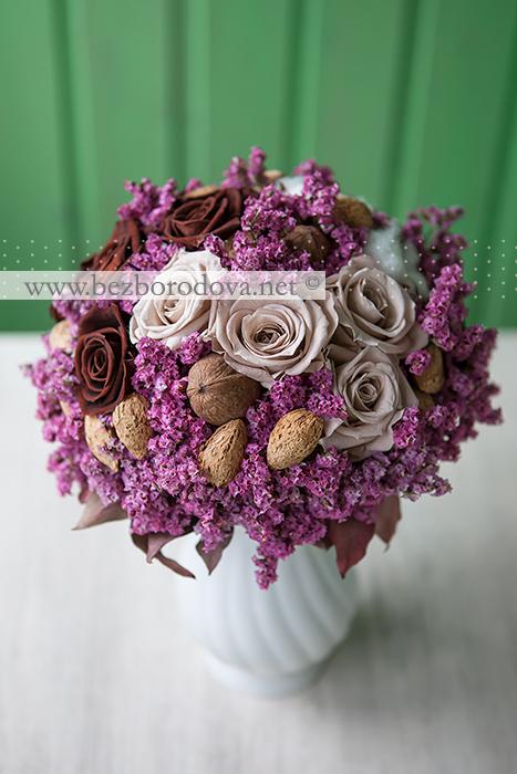 Розовый букет невесты из лимониума с коричневыми и бежевыми стабилизированными розами, миндальными и грецкими орехами