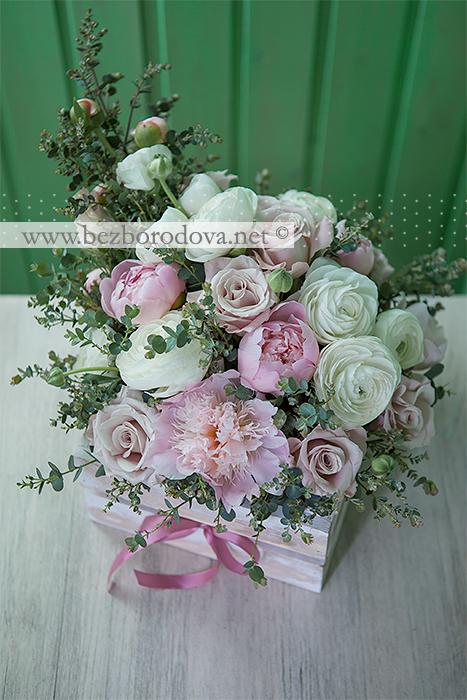 Подарочная корзина с розовыми пионами, пудровыми розами и белыми ранункулюсами