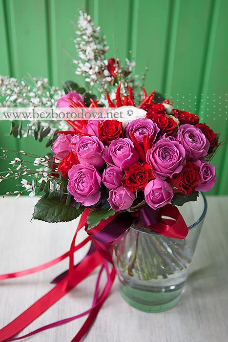 Весениий букет из малиновых пиновидных роз со жгучими красными перцами и белой генистой