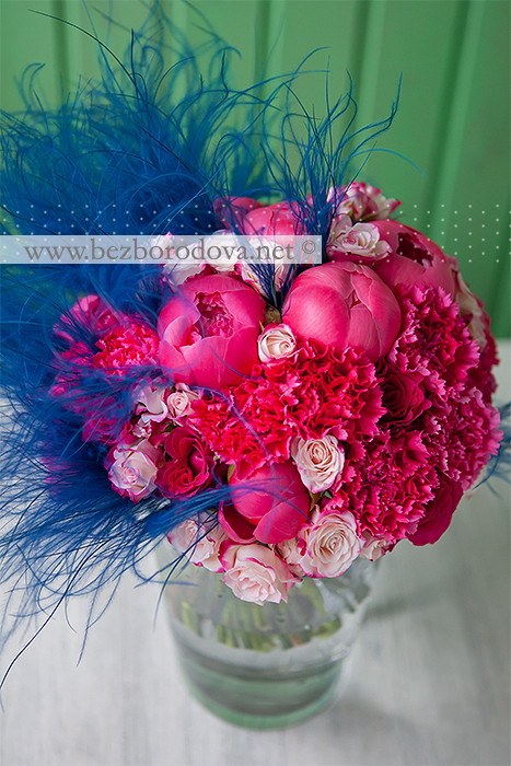 Необычный малиновый букет невесты из пионов и гвоздики с синим ковылем и розовыми кустовыми розами