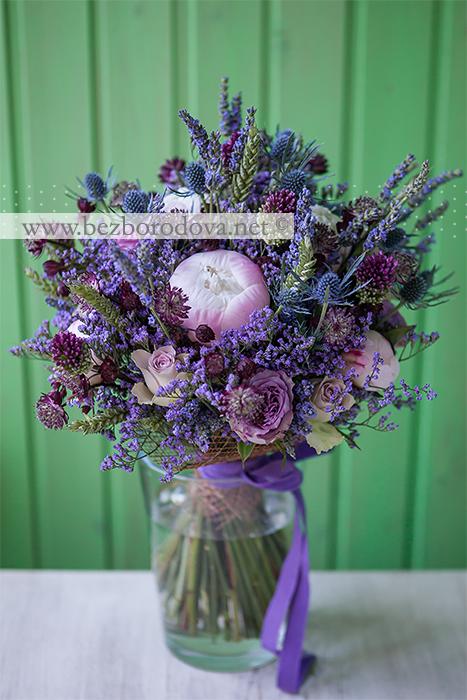 Букет в стиле прованс с лавандой и колосками, сиреневыми розами, синим эрингиумом и розовыми пионами